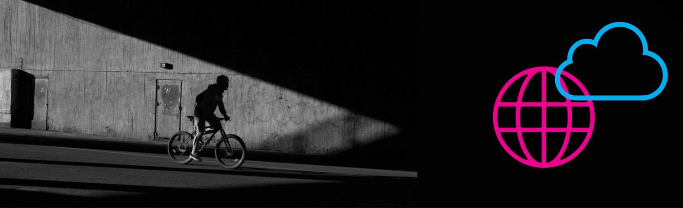 Pyöräilijä ajaa kaupungissa kohti varjoa. Kuvaaja: Ilkka Kärkkäinen.