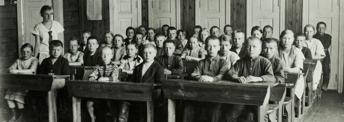 Lapsia koulussa, museoviraston kuva